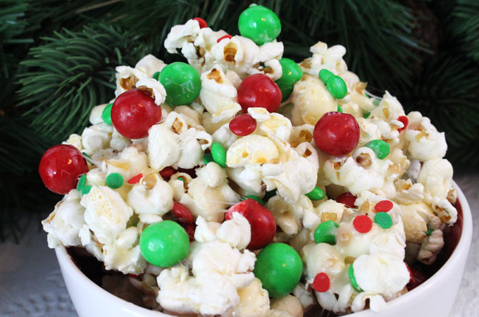 santa-crunch-christmas-popcorn-main-mintvine-cheap-holiday-activity